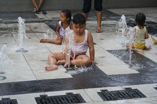 Pengunjung yang Bermain Air